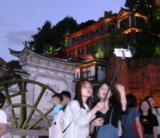 『 麗江古城❘酒吧お立台と世界遺産に観光客殺到!アクセスするには? 』 ..ここでは記念のショットをする姿があちこちで見られます。..