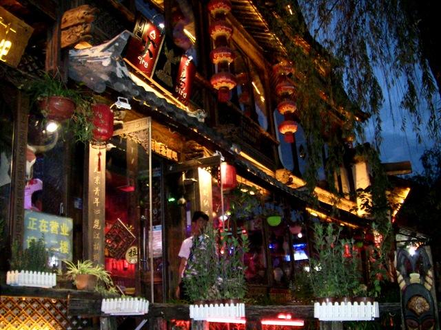 『 麗江古城❘酒吧お立台と世界遺産に観光客殺到!アクセスするには? 』 ..ここから水路に沿って歩けば、そこはパワー溢れる酒場街です。水路を挟んで酒吧一条街と新华街が四方街まで延びています。..
