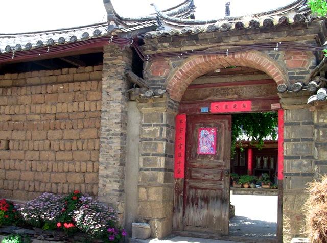 『 麗江古城からナシ族に伝わるトンパ文字の里、白沙古城に行ってみる 』 ..レンガではないのでレンガの原型-土を適度な大きさにして焼いたものでしょうか?..