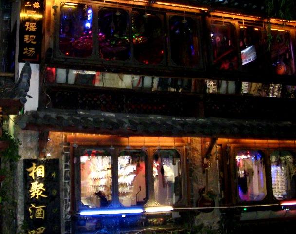 『 麗江古城❘酒吧お立台と世界遺産に観光客殺到!アクセスするには? 』 ..2階はどのような雰囲気でしょうか?..