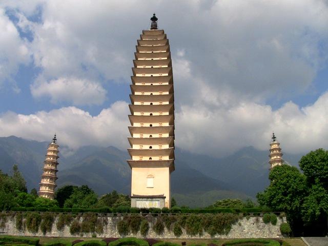 『 【大理古城】西安大雁塔を彷彿させる崇聖寺三塔をブラブラ歩く 』 大理古城,崇聖寺三塔,,,,..南詔王の勧豊祐が840年頃建立したと云われています。中国で最も高い仏塔の一つです。近ずくと四角形をしているのが判ります。..