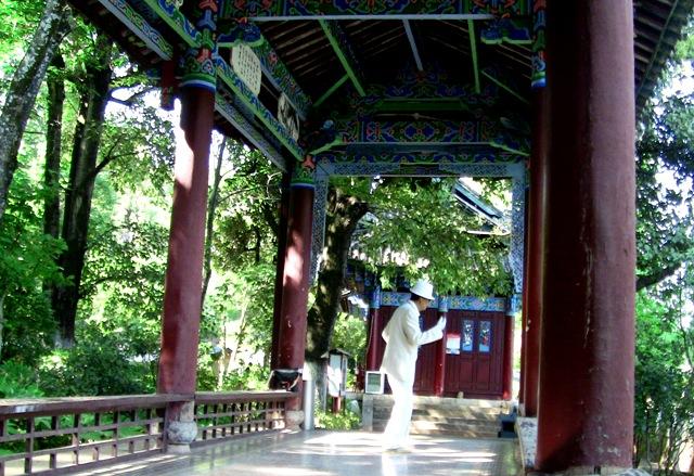 『 【麗江】黒龍澤公園(玉泉公園)で太極拳をマネてみた(^^; 』 ..実に真面目な研究所でした。ゴメンナサイ…。ということで、引き返すと…..