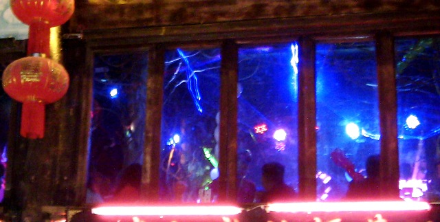 『 麗江古城❘酒吧お立台と世界遺産に観光客殺到!アクセスするには? 』 ..この酒場には超ハデなステージと観客、その昔の「ジュリアナ東京」を彷彿させるお立ち台もあります。..