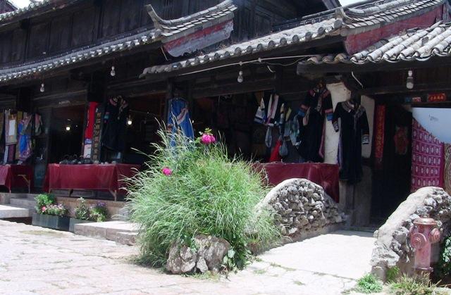 『 麗江古城からナシ族に伝わるトンパ文字の里、白沙古城に行ってみる 』 ..麗江古城でも、束河古城でもお店ばかりで閉口しますが、このお店は星の数ほどあるお店の中で、白沙古鎮というまだ観光地化されていない場所で一際目を引くセンスあるお店です。..