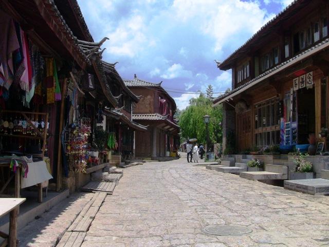 『 麗江古城からナシ族に伝わるトンパ文字の里、白沙古城に行ってみる 』 ..またこの通りは道幅もありゆったりした気分に浸れます。..