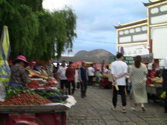 『 麗江古城❘酒吧お立台と世界遺産に観光客殺到!アクセスするには? 』 ..木府を通って忠義市場まで来ました。..