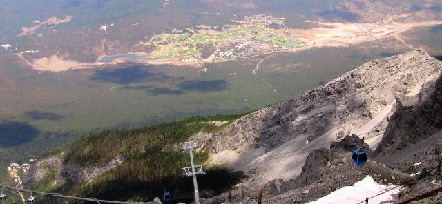 『 【玉龍雪山現地ツアー】富士山越えの絶景!高山病対策と行き方 』 ..成し遂げたパワーに驚きます。ずっと下の方には森林限界のラインも見えます。..