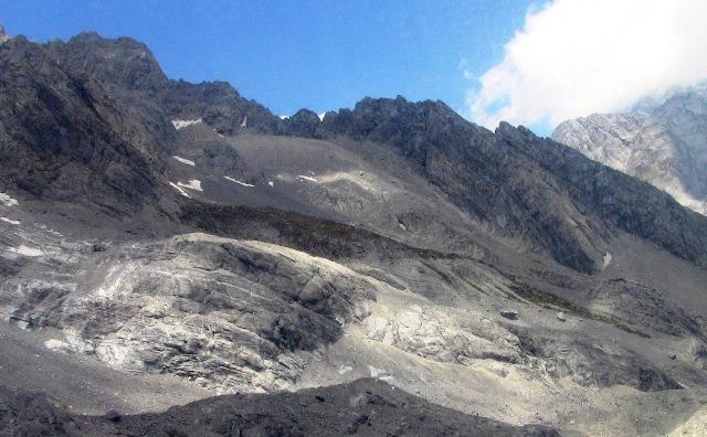 『 【玉龍雪山現地ツアー】富士山越えの絶景!高山病対策と行き方 』 ..やがて、岩と氷の世界へと入っていきます。標高4000mの世界です。..