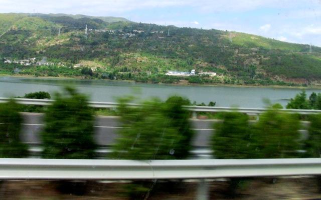 『 大理⇒麗江の移動はバスと鉄道どちらが便利か調べてみました 』 ..バスは剣湖のあたりを通過しています。..