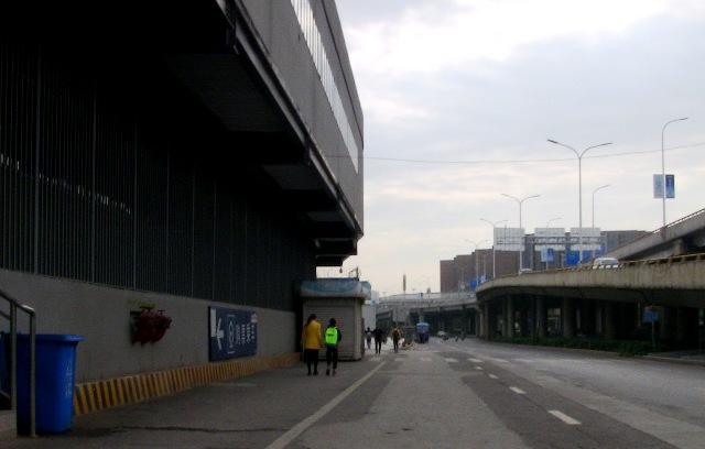 『 何だこりゃ!近くてメチャ遠い地下鉄昆明駅と鉄道昆明駅 』 昆明駅,昆明地下鉄,,,,..物理的に飛び越えられないようにしてあります。地下鉄A出口からここまで2~3百メートルは歩いています。..