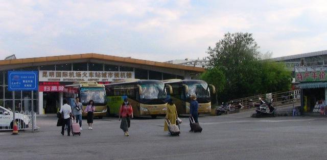 『 【昆明空港⇔市内移動】&大理・麗江・石林・羅平・バス情報 』 ..旧鉄道ビル1Fに昆明駅が運営する手荷物一時預かり所があり、この通路は昆明駅乗客出口側と空港バス発着所を結んでいます。画像では右側の建物になります。..