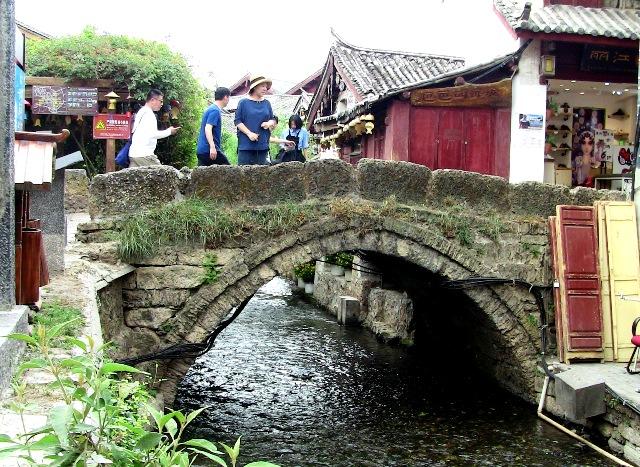 『 麗江古城❘酒吧お立台と世界遺産に観光客殺到!アクセスするには? 』 ..この万子橋も明時代の1731年に作られました。以後、改修されることなく今日まで使われており、観光コースの一つになっています。..