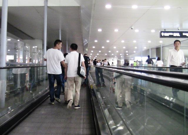 『 虹橋空港⇔浦東空港移動に空港バス無料チケットを利用してみた 』 ..2Fから動く歩道(トラベレーター)で隣のビルに移動します。..