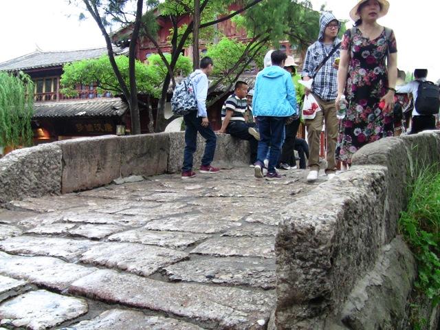 『 麗江古城❘酒吧お立台と世界遺産に観光客殺到!アクセスするには? 』 ..皆さん記念のショットなどで楽しんでいました。..
