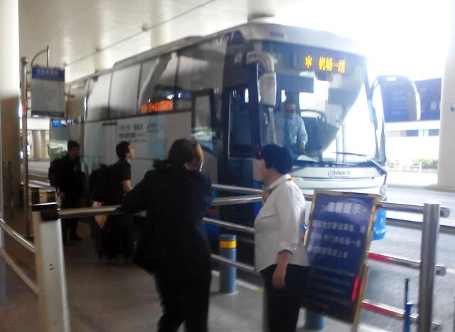『 虹橋空港⇔浦東空港移動に空港バス無料チケットを利用してみた 』 ..虹橋空港行きのバスが待機しています。..