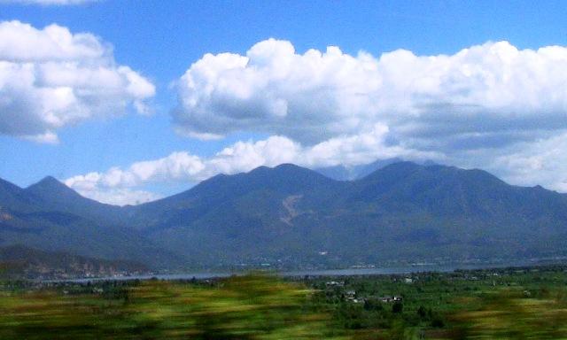 『 大理⇒麗江の移動はバスと鉄道どちらが便利か調べてみました 』 ..拉市海と山頂が雲で覆われた玉龍雪山を見ることが出来ます。ここは麗江市の郊外、麗江古城はもうすぐです。..