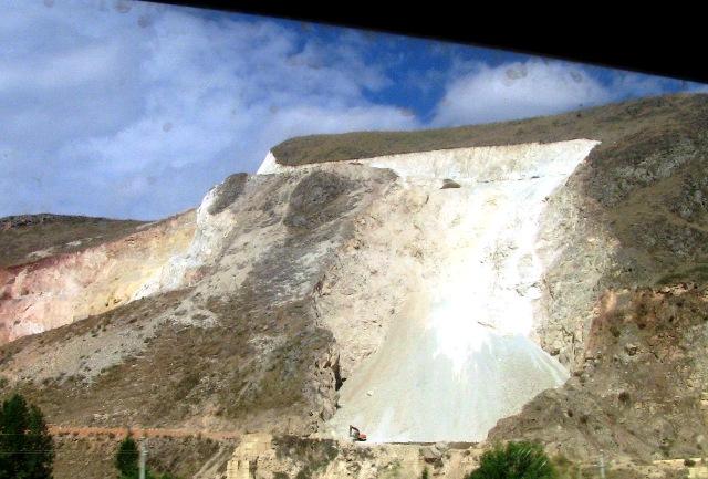 『 大理⇒麗江の移動はバスと鉄道どちらが便利か調べてみました 』 ..ここは採石場でしょうか?大理は大理石の産地として有名ですね。大理石の砂利もここでは普通のようです。..
