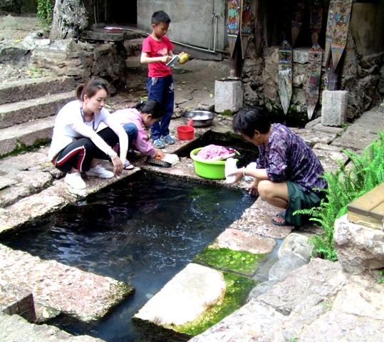 『 麗江古城❘酒吧お立台と世界遺産に観光客殺到!アクセスするには? 』 ..洗濯していますね。川縁は今も生活の場になっています。..