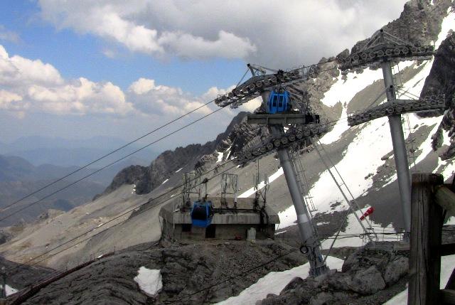 『 【玉龍雪山現地ツアー】富士山越えの絶景!高山病対策と行き方 』 ..途中からは下山専用の道になり、また違った景色が楽しめます。ロープウェイ乗り場の裏です。..