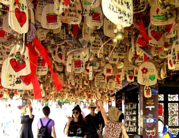 『 麗江古城❘酒吧お立台と世界遺産に観光客殺到!アクセスするには? 』 ..願い事を書いて奉納すれば願いが叶えられるそうです。しかし、凄い数です。..