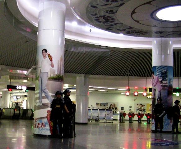 『 何だこりゃ!近くてメチャ遠い地下鉄昆明駅と鉄道昆明駅 』 昆明駅,昆明地下鉄,,,,..ちょっと、異様な感じもします。北京の天安門でもこのような光景はありませんでしたけどね。..