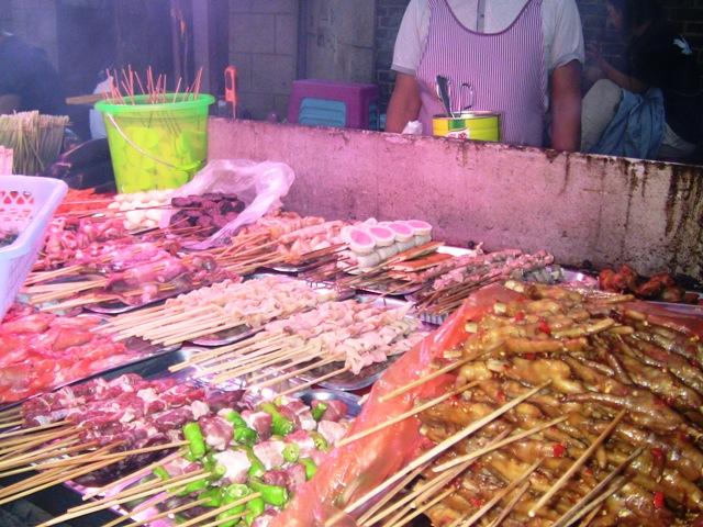 『 麗江古城❘酒吧お立台と世界遺産に観光客殺到!アクセスするには? 』 ..串焼き屋台です。アジアの賑やかでざわめいたマーケットの雰囲気です。..