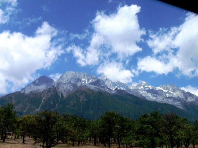 『 【玉龍雪山現地ツアー】富士山越えの絶景!高山病対策と行き方 』 ..玉龍雪山ロープウエイで4506mを目指す玉龍雪山がはっきりと見えるようになり、期待が膨らんできます。..