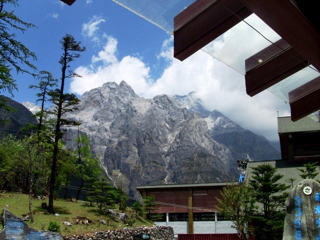 『 【玉龍雪山現地ツアー】富士山越えの絶景!高山病対策と行き方 』 ..バスを降りロープウェイ乗り場に向かいます。..