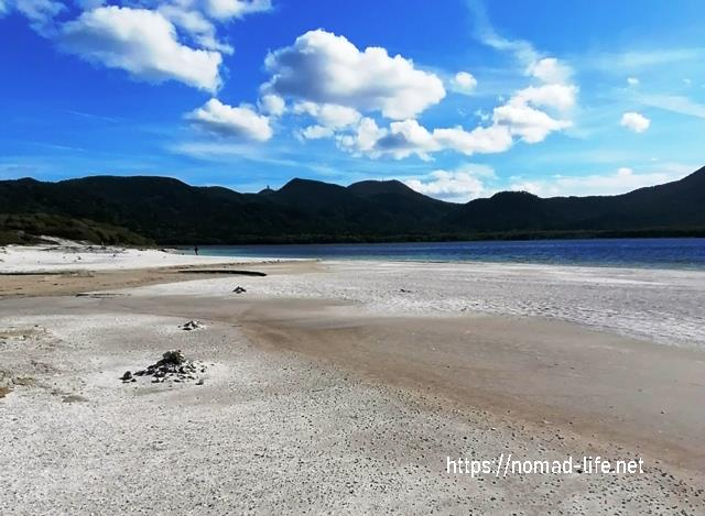『 【恐山イタコと温泉】世にも奇妙なパワースポット 』 ..宇曽利湖は強い酸性を示すそうで一層湖の青さが際立っています。..