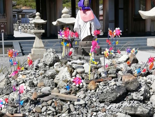 『 【恐山イタコと温泉】世にも奇妙なパワースポット 』 ..山門の前には供養の碑がありました。..