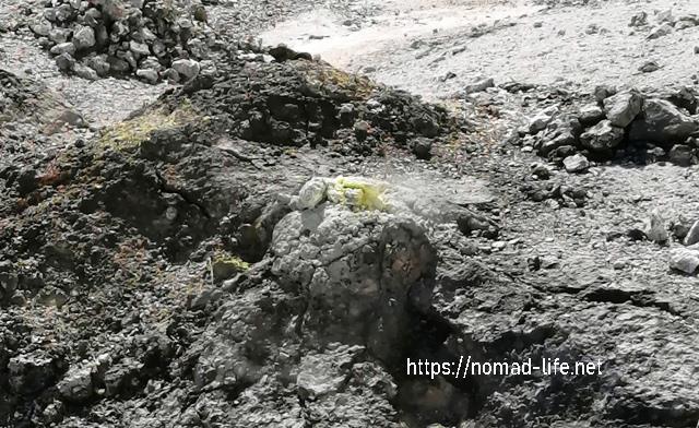 『 【恐山イタコと温泉】世にも奇妙なパワースポット 』 ..噴気孔の周りに黄色く固まった硫黄が活火山を強く印象づけます。..