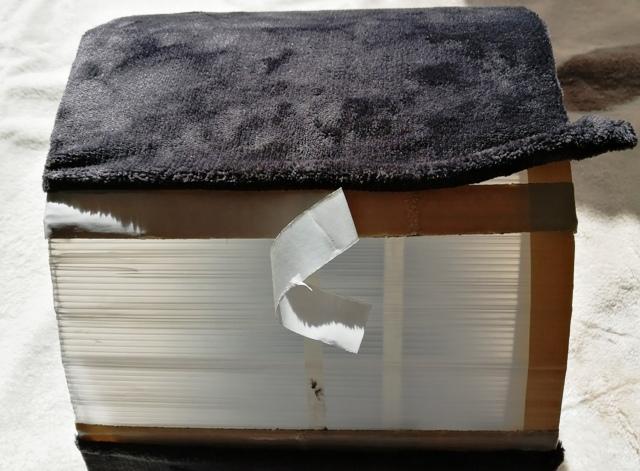 『 植木鉢(プランター)の保温カバーを作ってみた 』 ..この場合両面テープの半分の部分に貼り付けます。もう片面も同様にブランケットを折り曲げながら両面テープの半分の部分に貼り付けます。..