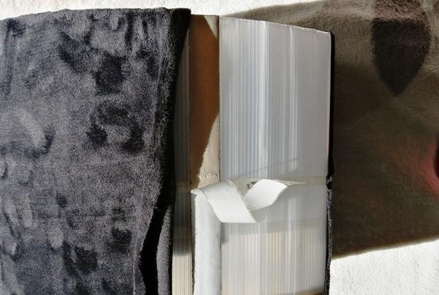 『 植木鉢(プランター)の保温カバーを作ってみた 』 ..外周の部分は強力両面テープを使ってブランケットの端を折り曲げて貼り付けます。..