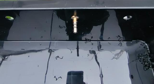 『 水耕栽培装置(噴霧式循環)の作り方 』 ..同様に取っ手の部分2カ所、側面4カ所で合計12か所にマークをして穴あけします。上部からは25mmの位置です。..