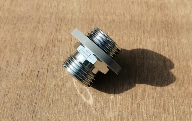 『 水耕栽培装置(噴霧式循環)の作り方 』 ..カットしたツバの部分をニップルに取り付けます。..