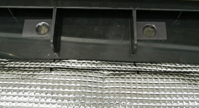 『 水耕栽培装置(噴霧式循環)の作り方 』 ..コンテナの補強部分の出っ張り部分をマークし、横マス目1つ、縦マス目4つ分ハサミで切り内側に折り曲げておきます。..