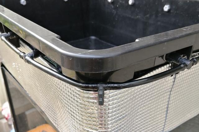 『 水耕栽培装置(噴霧式循環)の作り方 』 ..カズは溶液タンクを温室の外部に置く予定ですので背面にT型コネクタを取り付けましたが、全周をPVCホースで接続していますので自分の設置状況に合わせればいいと思います。..