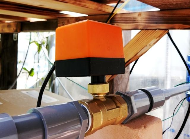 『 水耕栽培装置(噴霧式循環)の作り方 』 ..電動バルブの自動スイッチが切れてもリレーを動作させる回路はONの状態のままです。これは電動バルブを設置した状態です。..