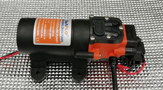 『 水耕栽培装置(噴霧式循環)の作り方 』 ..このポンプの動作中の電圧降下は0.4V、バッテリーの電圧は12.8Vでした。圧力ポンプとPVCホースは直接接続しました。..