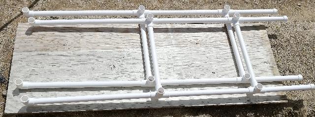 title :『 水耕栽培キットの加工 』画像説明文 :組み立てたパイプを両端で支えます。これはオリジナルとは異なり、足はそのままで、下段に、400mmのパイプを、上段には500mmのパイプ、つなぎの部分には350mmのパイプを使います。