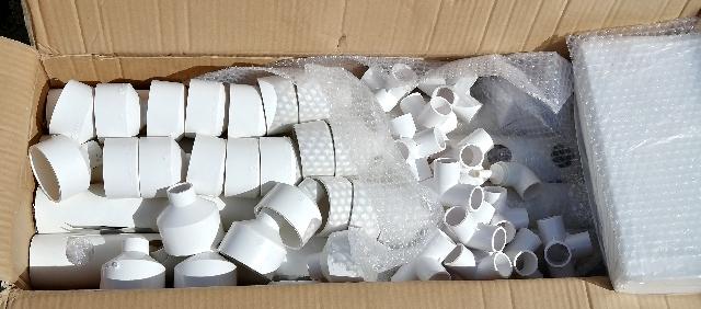 title :『 水耕栽培キットの組み立て 』画像説明文 :届いた水耕栽培キットはこんな感じです。