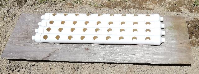 title :『 水耕栽培キットの組み立て 』画像説明文 :栽培用のパイプの両端にインクリーザー(排水継ぎ手)を差し込みます。この時に水漏れしないようにシーリングテープなどを使うといいかも知れません。でもカズの経験上、パイプの接続部分からの水漏れは今までになかったのでカズはこのままで組み立てました。