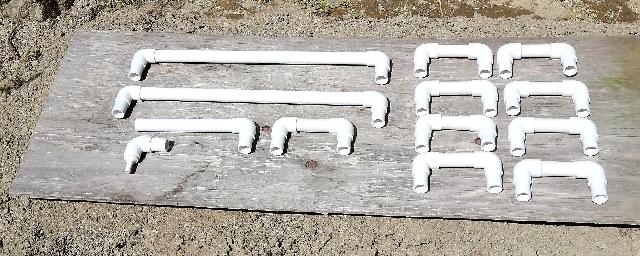 title :『 水耕栽培キットの組み立て 』画像説明文 :ということで、差し込み方式で組み立てて、最培養液の漏れがあったら対策を考えるということで、接続管も差し込むだけとしています。