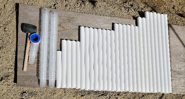 title :『 水耕栽培キットの組み立て 』画像説明文 :ごちゃごちゃしているので並べて確認しようと思います。先ずは、水耕栽培装置を支える台となるパイプです。