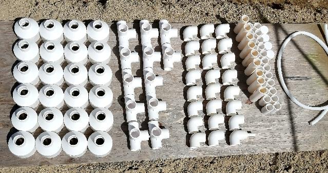 title :『 水耕栽培キットの組み立て 』画像説明文 :水耕栽培パイプの両端に使うインクリーザーやL型継ぎ手、それに栽培装置を支える台に使う継ぎ手やポンプから水耕栽培溶液を送る管などあります。