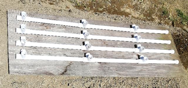 title :『 水耕栽培キットの組み立て 』画像説明文 :最初に支柱から組み立てます。長さ35cmのパイプを2本、26cmのパイプ1本と継ぎ手3個で一つの支柱になります。これを4本組み立てるというか、ただ差し込むだけです。 ^^;