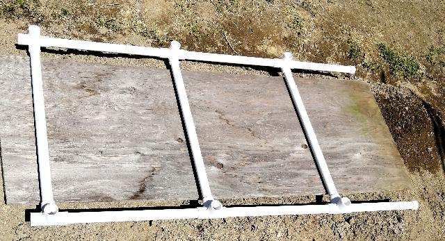 title :『 水耕栽培キットの組み立て 』画像説明文 :長さ35cmのパイプを2本、26cmのパイプ1本と継ぎ手3個で一つの支柱になります。次に50cmのパイプ3本と支柱2本でこのように組立ます。(説明書と異なっていますがただ単に安定の問題です。^^;)