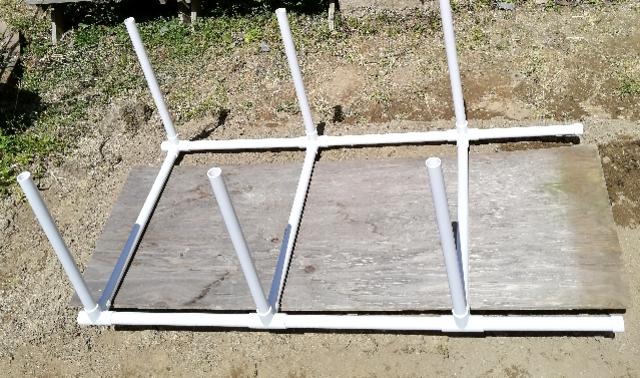 title :『 水耕栽培キットの組み立て 』画像説明文 :次に50cmのパイプ3本と支柱2本でこのように組立ます。(説明書と異なっていますがただ単に安定の問題です。^^;)これをもう一組作って起きます。そして長さ40cmのパイプを6本差し込みます。